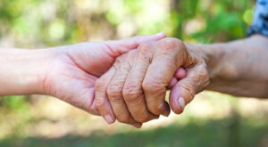 Zwei Hände greifen sich. - AWO Forchheim