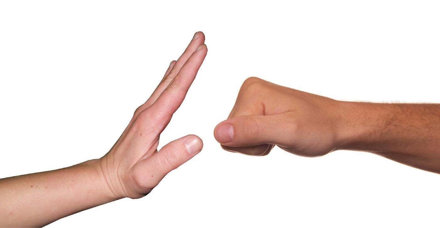 Eine Faust nähert sich einer ausgestreckten Hand. - AWO Forchheim